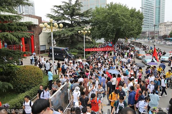 济南:高考考点外人山人海 家长满心期待