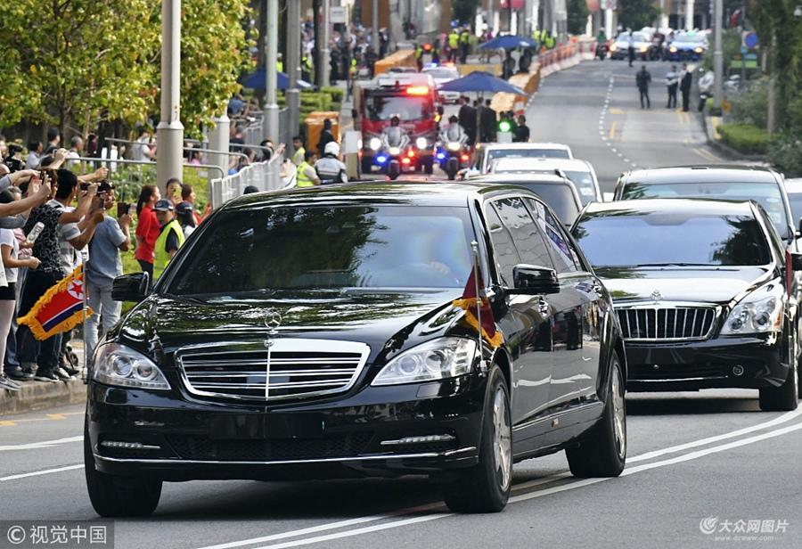金正恩前往会见新加坡总理李显龙 民众夹道围观拍照