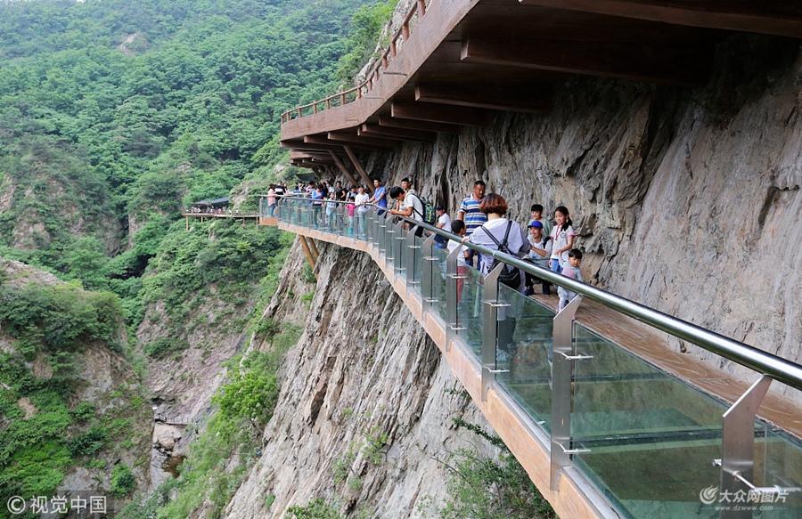 日照:玻璃栈道初夏迎客来 游人前往体验高空刺激