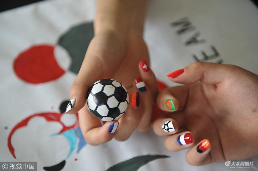 """聊城:女球迷演绎""""指尖上的世界杯"""""""
