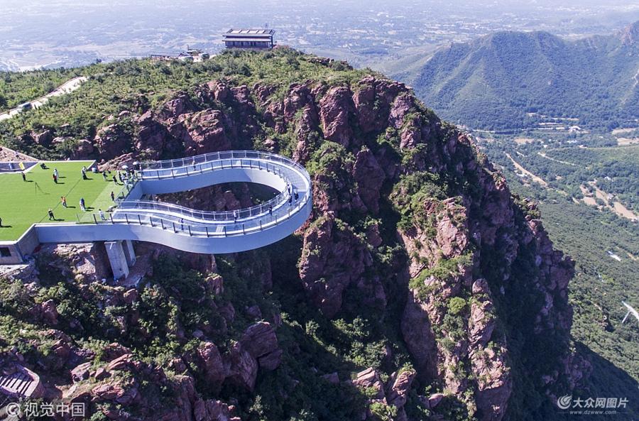 河南:世界最长高空玻璃环廊建成  伸出悬崖30米惊险刺激
