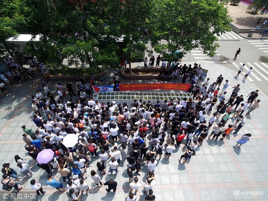 端午节临近  山东一高校为在校学生免费发放三万六千余只粽子