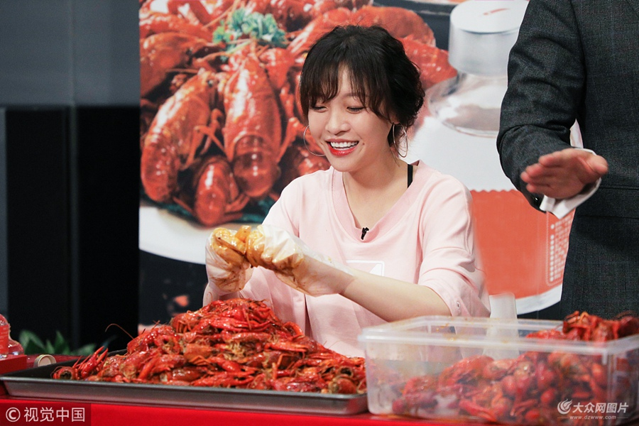 95斤美女大胃王一小时吃1000只小龙虾  自言从来没饱过