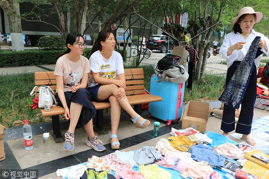 济南:大学毕业季跳蚤市场火热  女生衣物成抢手货