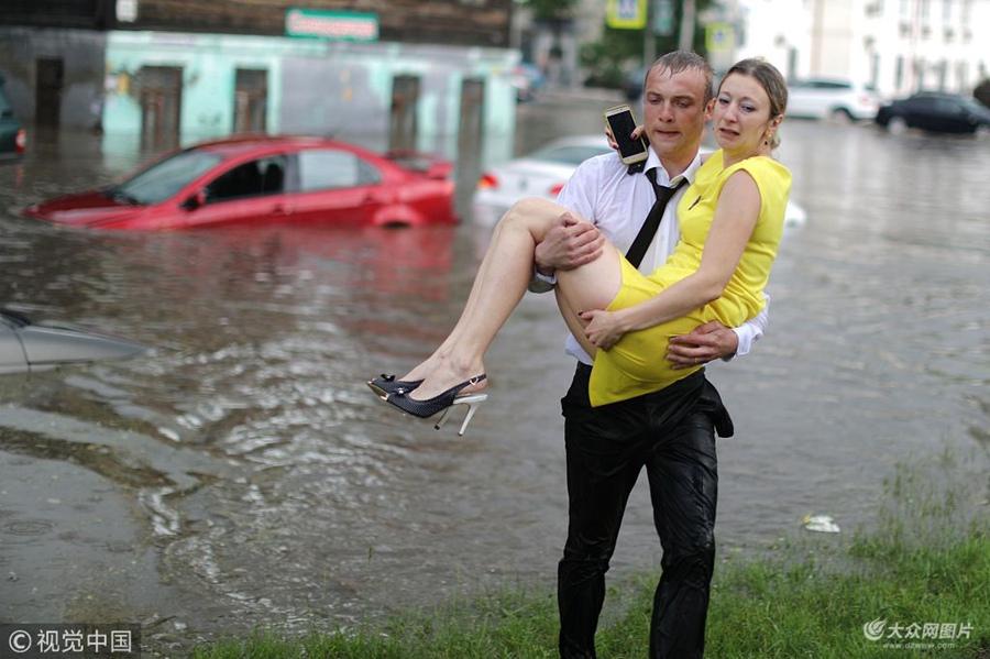 """俄下诺夫哥罗德暴雨引发洪涝 小哥""""公主抱""""解救被困车中美女"""