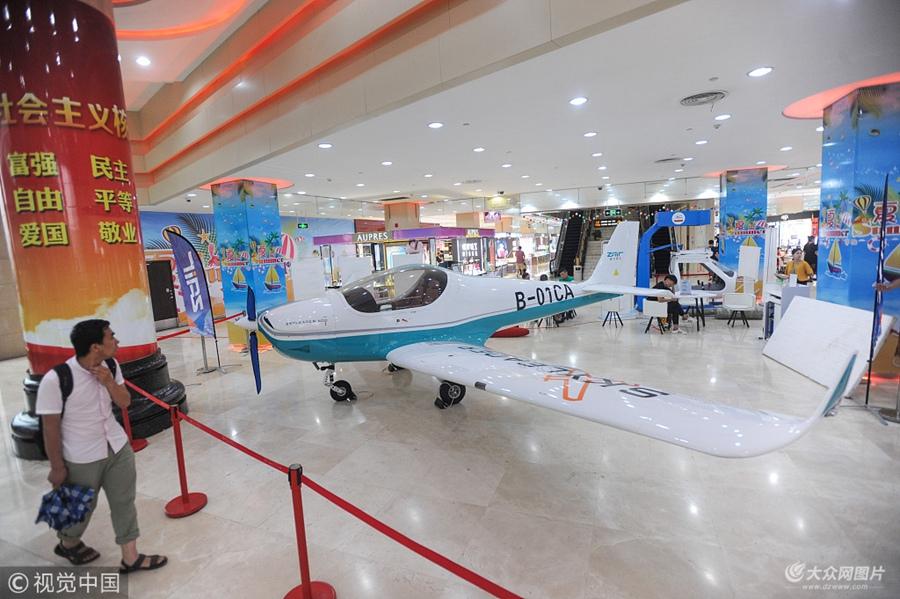 武汉一商场售卖小型飞机  售价198万吸引市民驻足