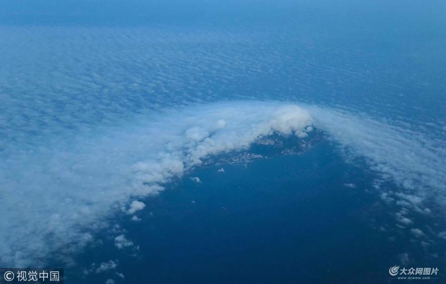 """青岛:海风与积云角力  形成 """"云开雾不散""""景观"""