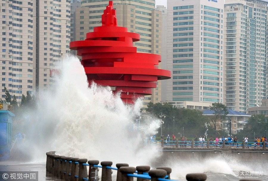 """青岛:台风""""安比""""过境 沿海掀大浪"""