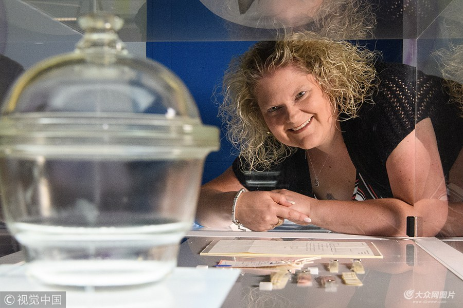 世界首个试管婴儿40岁了 亲临英国博物馆纪念特展
