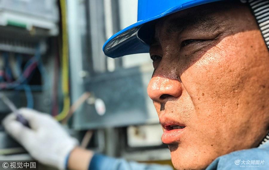 高温下的劳动者 湖区保电工人们在行动