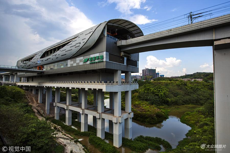 重庆再现奇葩网红新地标 轻轨站建河里