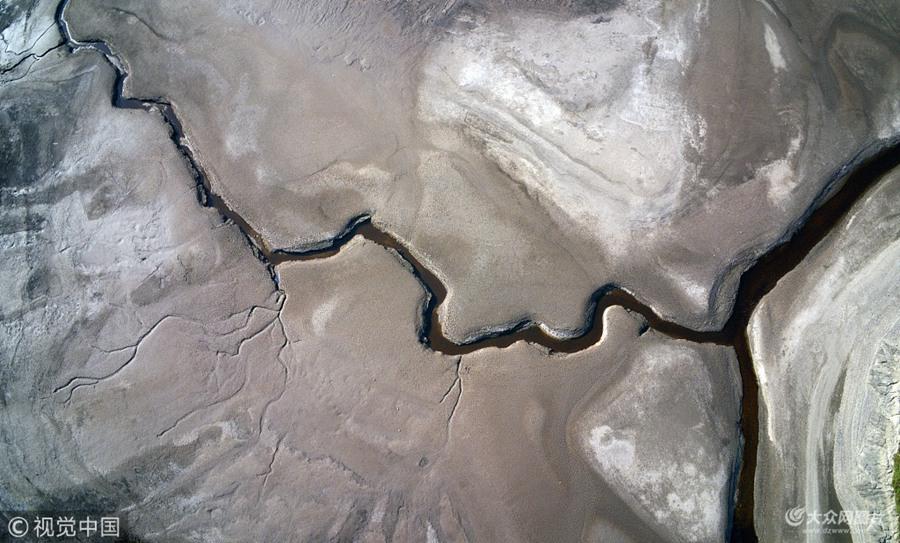 持续高温致英国湖泊极速缩水 三百米深湖泊近乎干涸