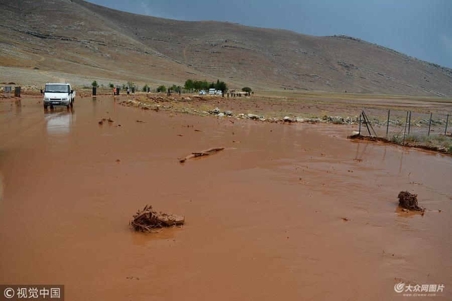 暴雨袭击土耳其  城市道路被泥浆淹没