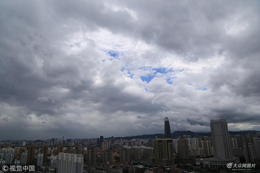 """受台风""""摩羯""""影响 济南强降雨后天空风起云涌"""
