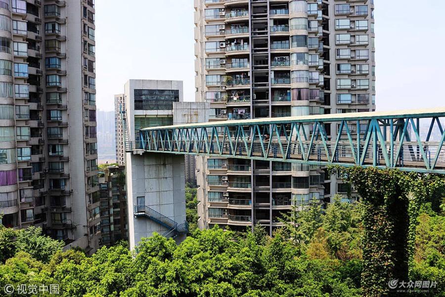 重庆一小区搭空中天桥 方便居民出行