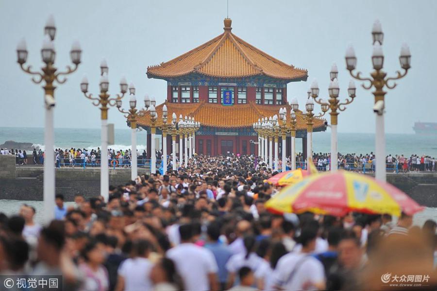 """台风""""温比亚""""外围云系影响青岛  游客扎堆栈桥边看海观潮"""