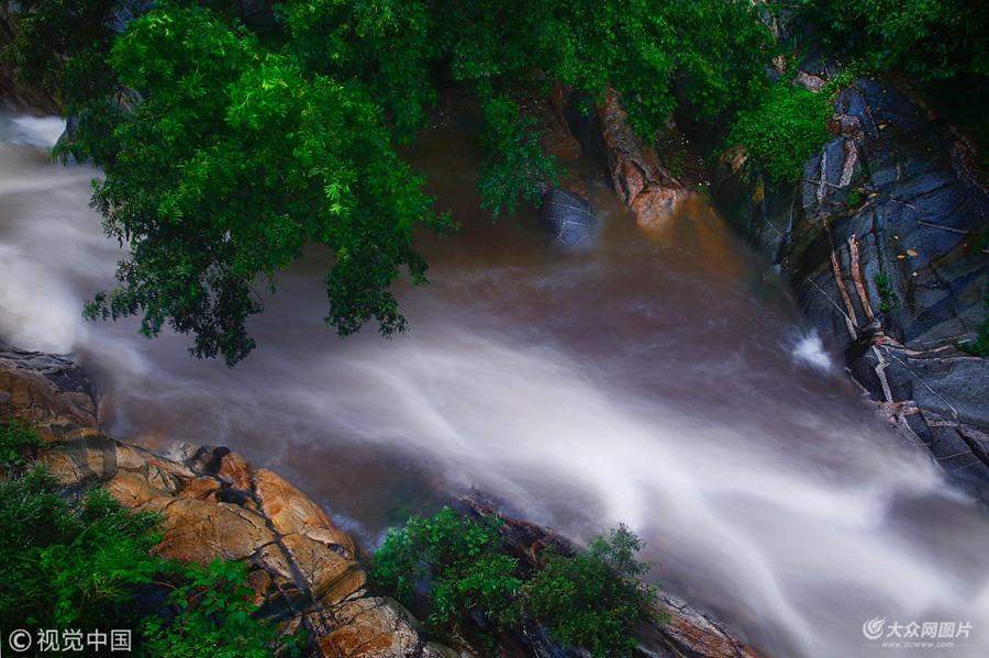 雨中泰山重现飞瀑奇观  风景美如画