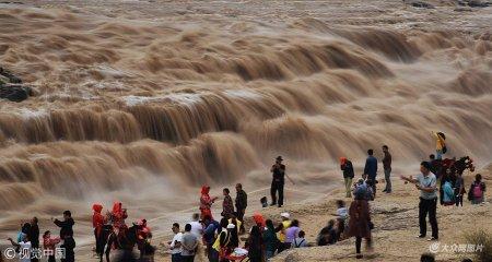 2018年9月13日,游客在陕西省宜川县黄河壶口瀑布游览观瀑。