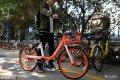 """2018年9月27日,济南,一款名为""""三文鱼""""的新款摩拜单车开始上路。新款摩拜单车采用全新外观和创新技术,配色橙白相间,被市民亲切地称为""""三文鱼""""。"""