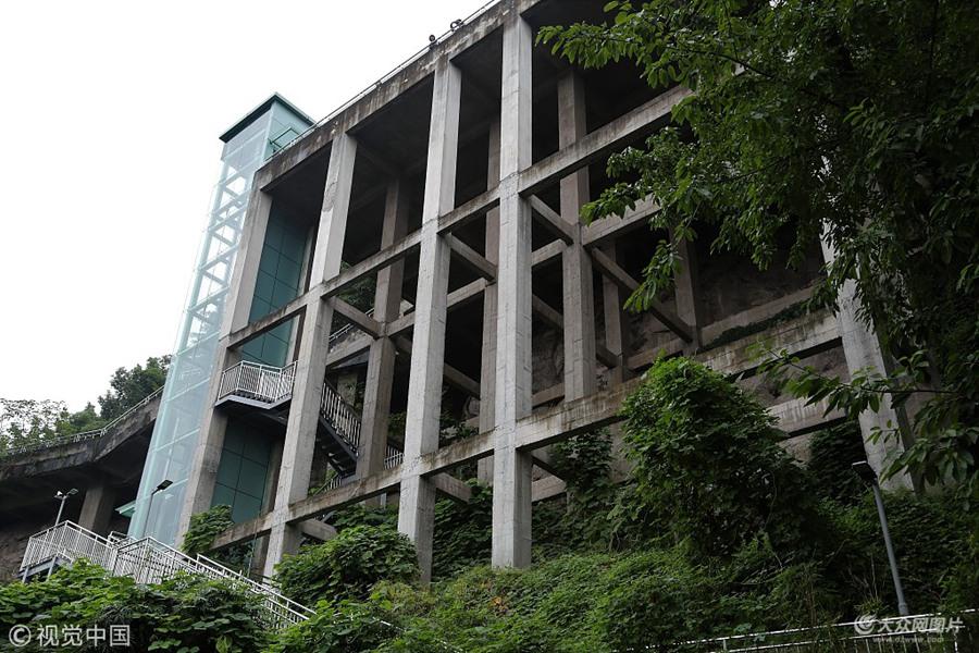 """重庆大学现""""悬崖""""电梯 直达校园可少走两公里山路"""