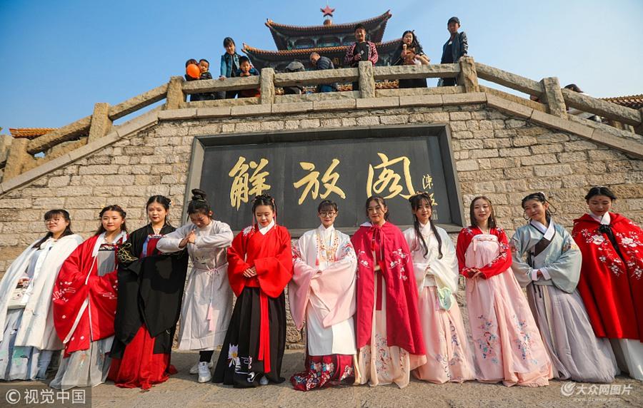 济南:爱好者穿汉服出行 向传统致敬