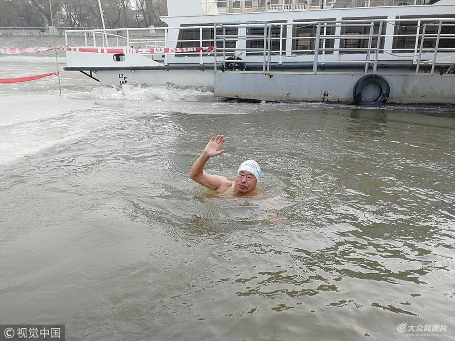 哈尔滨:冬泳爱好者冰窟冬泳