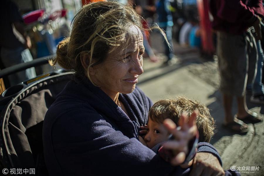 """中美洲移民栖身简易帐篷""""扎堆""""美墨边境 特朗普威胁永久性关闭边境"""