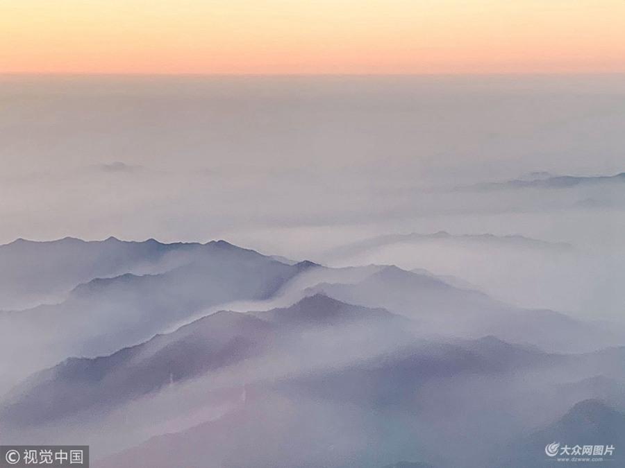 杭州:旅客飞机上实拍大雾 夕阳映照风景独特