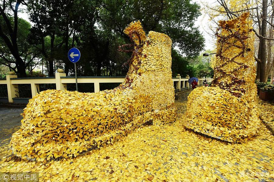 """巨型""""黄金甲皮鞋""""亮相杭州街头"""