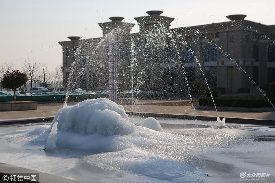 """滨州:寒流带来气温骤降 喷泉里长出巨形""""冰蘑菇"""""""