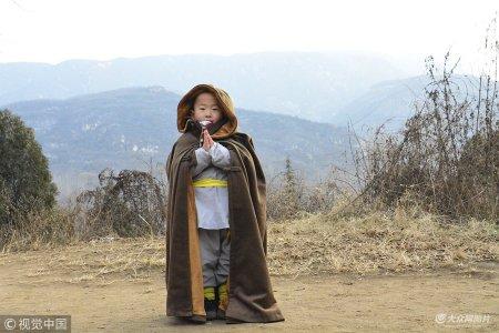 2018年12月8日,郑州。近日,河南少林寺三岁多的武僧小石头成了红人,很多到少林寺游玩的人见到他,纷纷拉着他合影,都说小石头很萌很可爱,像极了真命小和尚。