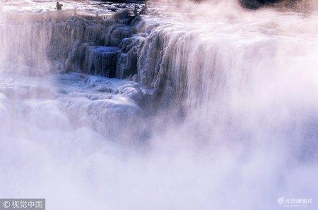 2018年12月23日,山西临汾,吉县壶口瀑布浪涛冰瀑水雾组成一副绝美画卷。