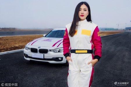 2018年11月9日,天津。一辆赛车伴随着轰鸣声呼啸而过,车停稳后,一位车手推门下车,这时,众人才猛然发现,刚刚驾驶赛车做特技表演的竟是一名高颜值美女。
