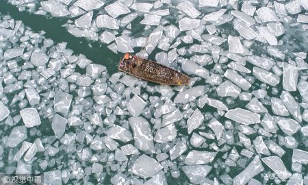 2019年1月9日,山东烟台,受连日低温天气影响,莱州海庙港附近出现海冰,海冰以碎冰为主,最大厚度约5厘米。