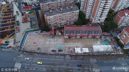 1月10日消息,昨天,上海先为公司江浦路104弄文物保护建筑平移项目工程师在认真检查平移到位加固后的老建筑。据悉,平移后建筑物高度保持不变,误差在规范允许的范围内,老建筑安全可靠。