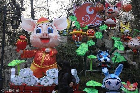 """2019年1月14日,在济南趵突泉公园内,不少""""萌猪""""造型唱主角,吸引众多游客前来参观。"""