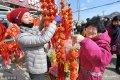 2019年1月15日,临近春节,青岛沙子口年货大集开集,百十种海鲜、肉食蔬果等年货商品沿街销售,热闹的渔村大集散发着浓浓的年味。