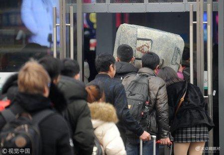 2019年1月19日,济南火车站前广场,旅客川流不息,人们大包小包、拖儿带女踏上回家返乡的旅程。