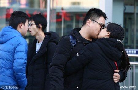 春节来临,无论是在火车站,还是在汽车站、飞机场,都在上演着各种难舍难分的场景,同学或情侣们在离别时相互拥抱亲吻,依依不舍说再见,在新春佳节到来之前最后一次合体撒狗粮。