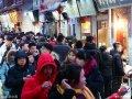 2019年2月8日,大年初四的济南夜色初上寒气逼人,明清老街芙蓉街迎来更多游客。