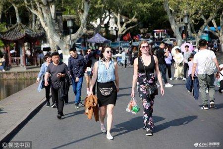 """2019年4月8日,杭城最高气温达34℃,有种一秒入夏的感觉,一点也没有春天温柔的样子,西湖游客穿着清凉还直喊""""热""""。"""