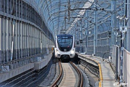 2019年5月11日,��南,一列电客车在地铁1号线上行驶。