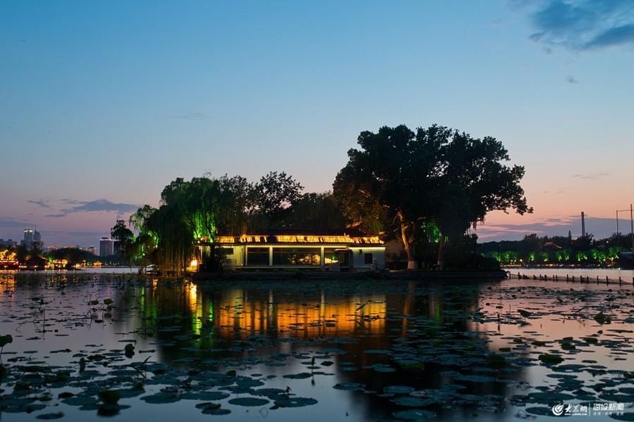 济南大明湖现唯美日落
