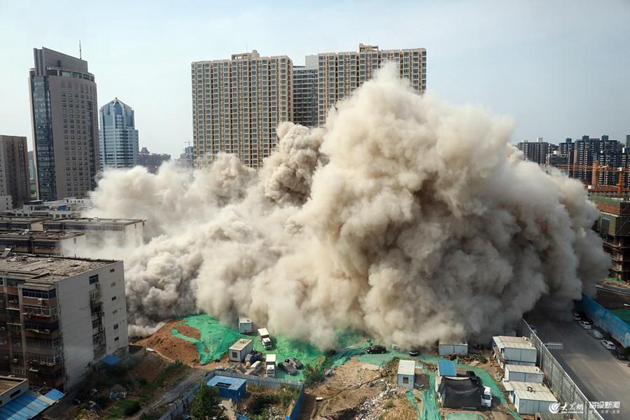 郑州:两栋违建高楼拆除 爆破使用雷管9160发