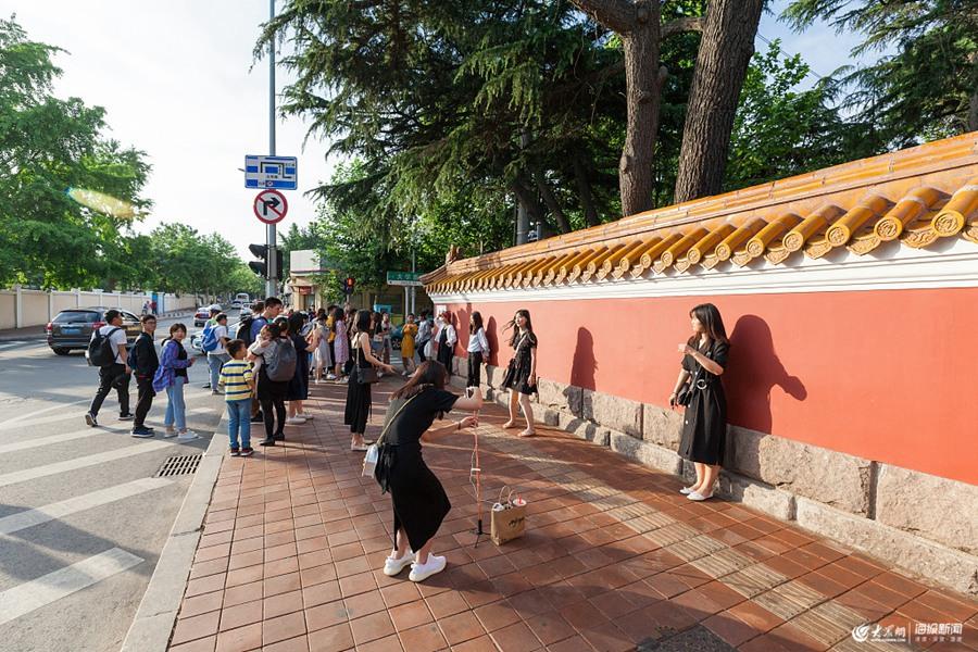 """青岛""""网红墙""""吸引众多游客排队打卡"""