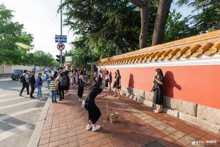 2019年6月7日,青�u,端午假期首日,大学路红墙吸引众多游客排队拍照打卡。