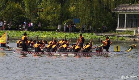 2019年6月7日上午,��南大明湖端午节龙舟赛激烈进行,15支队伍激烈争夺。