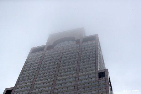 当地时间2019年6月10日,美国纽约曼哈顿,一架直升机坠毁在一座摩天大厦楼顶,直升机驾驶员在事故中丧生。