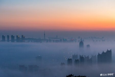 2019年6月10日,日落时分,浮山上俯瞰青�u,城区出现平流雾景观。