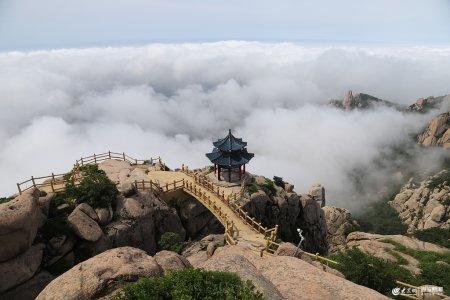 2019年6月13日,山�|青�u,崂山巨峰风景区云雾缭绕,吸引了不少游客观赏拍照。